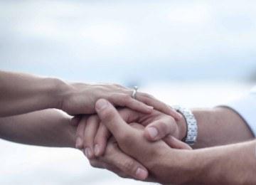 manos de pareja en unión de hecho